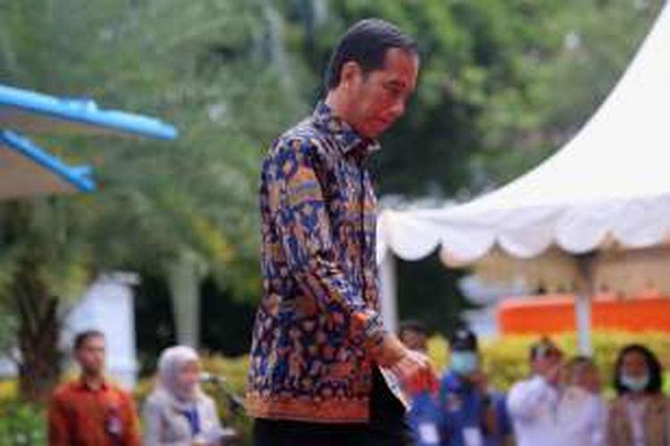 Presiden Joko Widodo saat menghadiri pemusnahan barang bukti narkoba milik BNN di kawasan Monas, Jakarta, Selasa (6/12/2016). Barang bukti yang dimusnahkan yakni 445 kilogram sabu, 190.840 butir ekstasi, 422 kilogram ganja kering, dan 323.000 butir pil happy five.