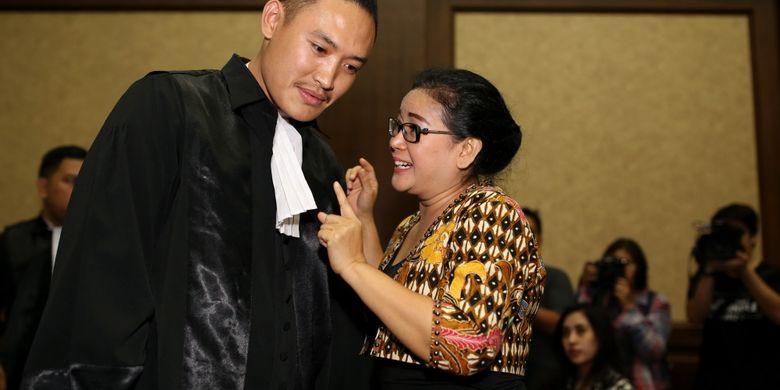 Mantan anggota DPR Miryam S. Haryani sebelum menjalani sidang di Pengadilan Tipikor Jakarta, Senin (24/7/2017). Miryam ditetapkan sebagai tersangka oleh KPK, atas sangkaan memberikan keterangan palsu di bawah sumpah di pengadilan.