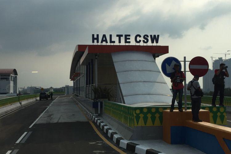 Halte CSW yang jadi bagian dari Koridor 13 bus transjakarta (Tendean-Ciledug) pada Minggu (9/7/2017) sore.