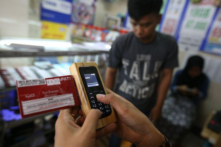 Seorang pedagang terlihat sedang registrasi SIM card di gerai miliknya di kawasan Bumi Serpong Damai, Tangerang, Banten, Selasa (7/11/2017). Pemerintah mewajibkan registrasi ulang SIM card bagi para pengguna telepon seluler hingga 28 Februari 2018 dengan memakai nomor NIK dan kartu keluarga (KK).
