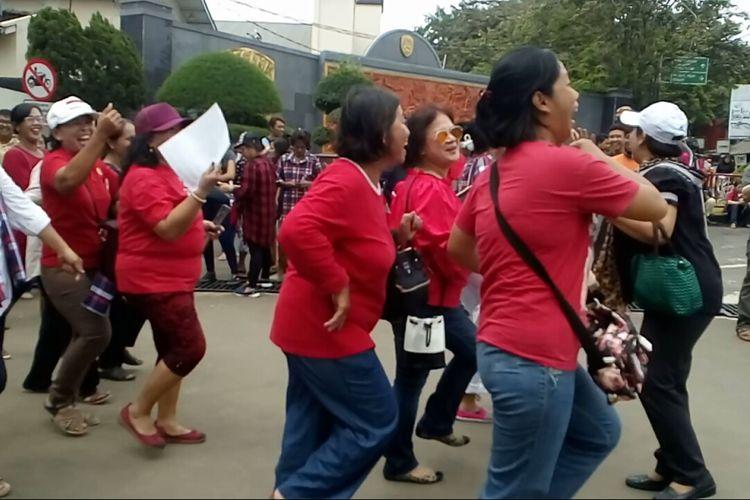 Para pendukung Ahok bernyanyi dan menari di depan Mako Brimob, Kamis (11/5/2017).