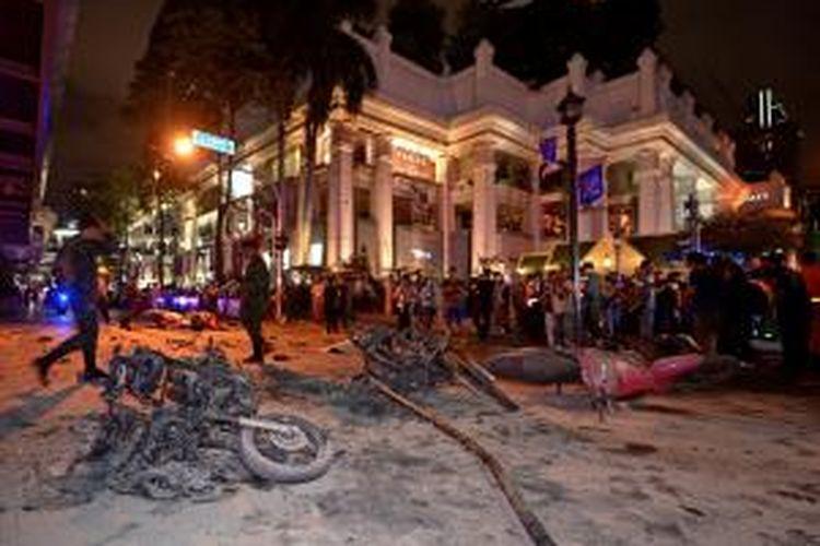 Keadaan di luar Kuil Erawan, pusat Kota Bangkok, Thailand yang porak-poranda setelah bom meledak pada Senin (17/8/2015).