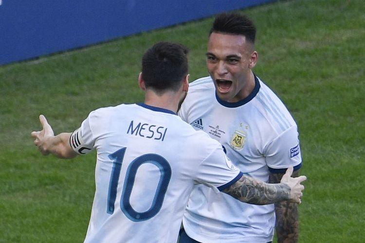 Argentina Lautaro Martinez (kanan) merayakan dengan rekan setimnya Lionel Messi setelah mencetak gol melawan Venezuela selama pertandingan perempat final turnamen sepak bola Copa America mereka di Stadion Maracana di Rio de Janeiro, Brasil, pada 28 Juni 2019.