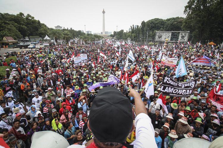 Ratusan Nelayan dari berbagai daerah yang tergabung dalam Aliansi Nelayan Indonesia (ANI) menggelar unjuk rasa di Monas, Jakarta Pusat, Rabu (17/1). Mereka mendesak Pemerintah mencabut Peraturan Menteri Nomor 2/2015 yang mengatur penggunaan alat cantrang oleh nelayan tradisional. ANTARA FOTO/Dhemas Reviyanto/ama/18