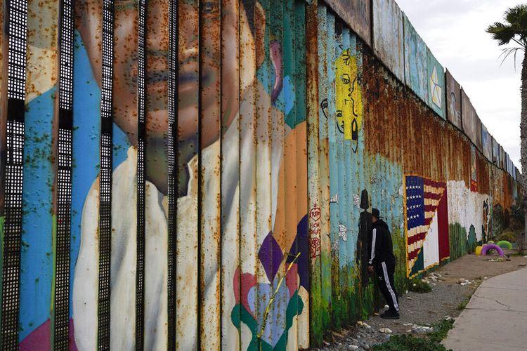 pejabat Patroli Perbatasan mengatakan tembok itu tidak pernah dimaksudkan untuk menghentikan semua orang, melainkan untuk memperlambat gerak maju mereka.