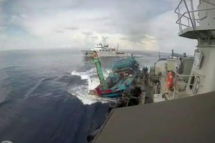 KRI Tjiptadi-381 yang sedang melakukan patroli di utara perairan Natuna, Kepulauan Riau ditabrak 2 kapal pengawas perikanan Vietnam KN 264 dan KN 231 secara sengaja saat sedang membawa Kapal Ikan Asing (KIA) Vietnam BD 979 yang tertangkap melakukan pencurian ikan di perairan Indonesia di Natuna, Sabtu (27/4/2019).