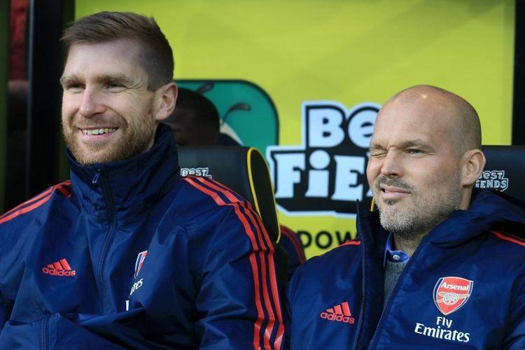 Per Mertesacker dan Freddie Ljungberg mendampingi The Gunners pada laga Norwich City vs Arsenal dalam lanjutan Liga Inggris di Stadion Carrow Road, 1 Desember 2019.