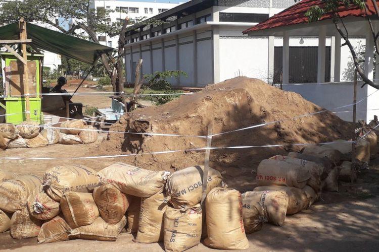Lokasi gundukan tanah yang diduga limbah B3 di Marunda dipagari dengan tali rafia, Senin (7/1/2019).
