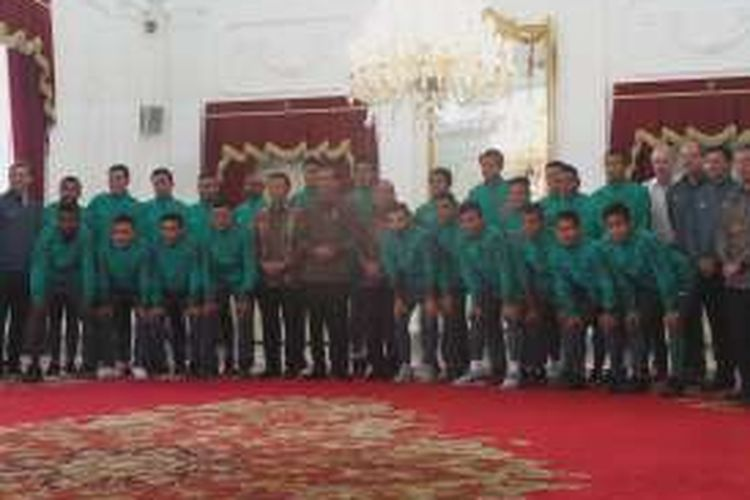 Presiden Joko Widodo berfoto bersama Timnas Indonesia di Istana Merdeka, Jakarta, Senin (19/12/2016).