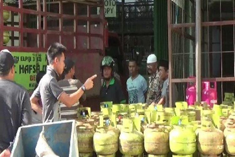 Harga Elpiji kemasan 3 kilogram melambung hingga Rp 25.000 per tabung. Kenaikan harga terjadi di tingkat agen, pangkalan hingga pengecer. Selain harganya mahal , Elpiji 3 kilogram juga sulit didapat.