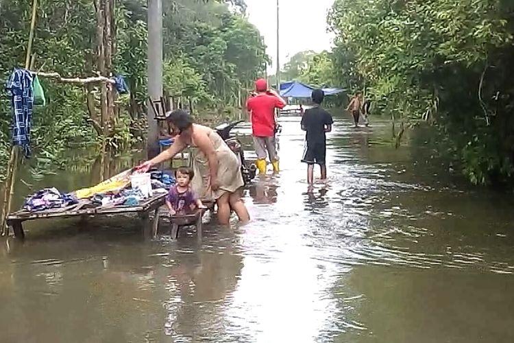 Banjir yang merendam jalan penghubung Kota Prabumulih dan Kabupaten PALI di Kelurahan Sungai Medang Prabumulih dimanfaatkan warga untuk mencuci pakaian dan kendaraan.