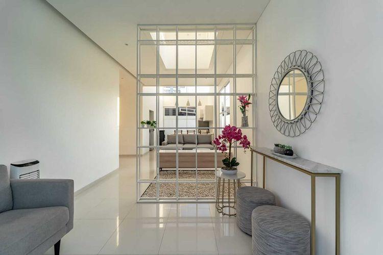 Nuansa serba putih cocok dengan dekorasi apa pun, karya KALA Architecture & Visual Design Studio.