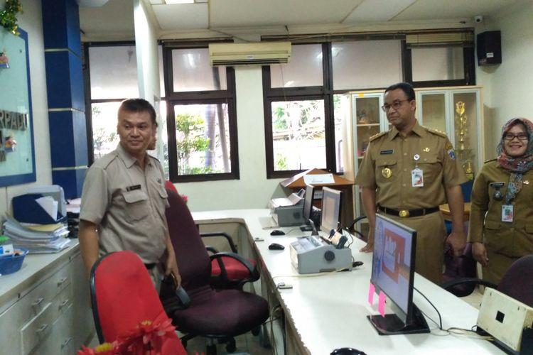 Gubernur DKI Jakarta Anies Baswedan melakukan sidak ke Kantor Lurah Cikini, Selasa (24/10/2017).