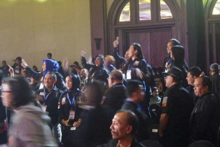 Pendukung Agus-Sylviana berdiri di atas kursi saat menyanyikan yel-yel dukungan dalam debat di Hotel Bidakara, Jumat (10/2/2017).