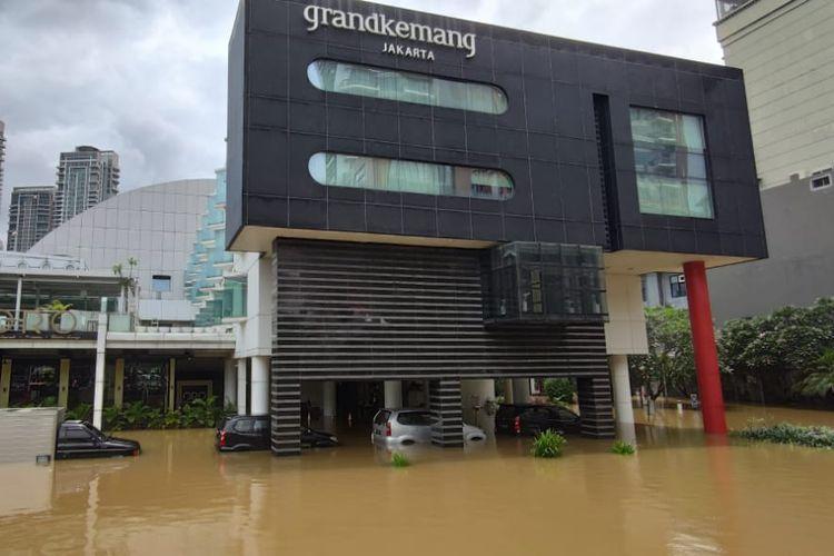 Jalan Kemang Raya, Jakarta Selatan, terendam banjir hingga 2 meter, Sabtu (20/2/2021), akibat hujan deras yang mengguyur sejak dini hari.