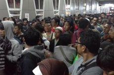 Ini Foto Ratusan Penumpang KRL yang Terjebak di Stasiun Bojong Gede