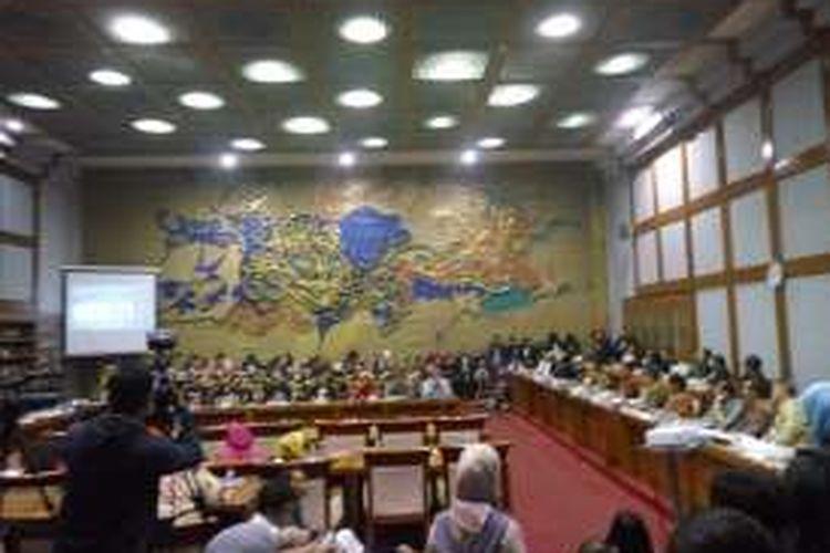 Badan Legislasi DPR RI menggelar rapat dengar pendapat umum bersama Ikatan Dokter Indonesia di Ruang rapat Badan Legislasi DPR, Jakarta, Selasa (27/9/2016). Rapat tersebut juga dihadiri oleh 120 orang sebagai perwakilan dari IDI di seluruh Indonesia.