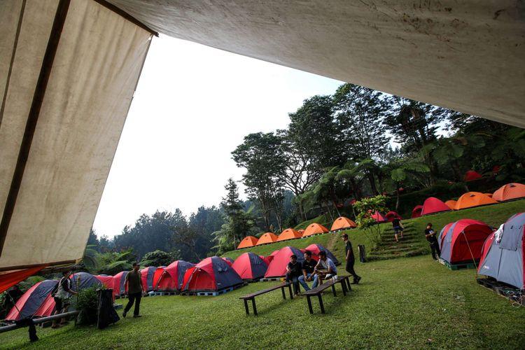 Para peserta konser rock di alam terbuka Rock Adventure di Tanakita Camping Ground, Sukabumi, Jawa Barat, Sabtu (5/5/2018). Mereka berkemah bersama di alam terbuka tidak jauh dari panggung konser rock ini.