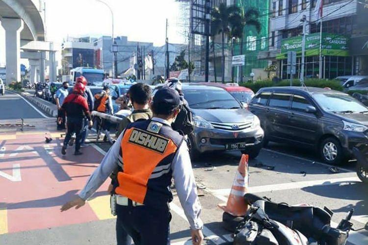 Dua pengendara motor mengalami sejumlah luka pasca terlibat dalam sebuah kecelakaan di Jalan Raya Fatmawati, Cilandak, Jakarta pada Rabu (23/9/2020).