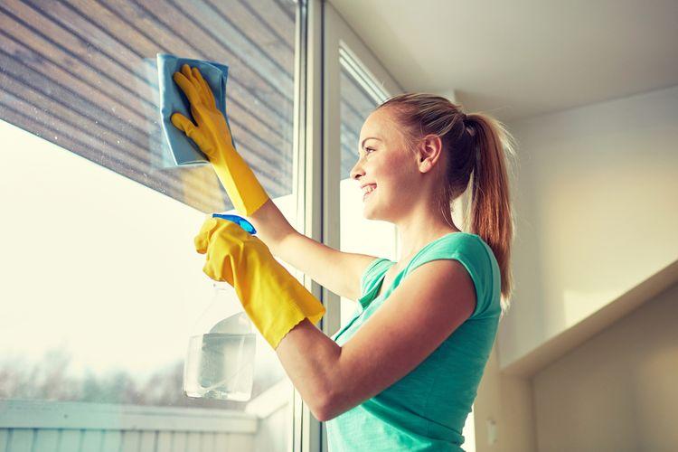 Ilustrasi membersihkan jendela.
