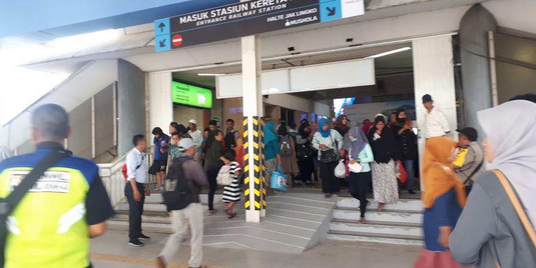 Tampak para penumpang berkerumun di pintu pembatas antara Stasiun Tanah Abang dan skybridge. Mereka tampak kebingungan tentang rute jalan di skybridge. Foto diambil Senin (10/12/2018).