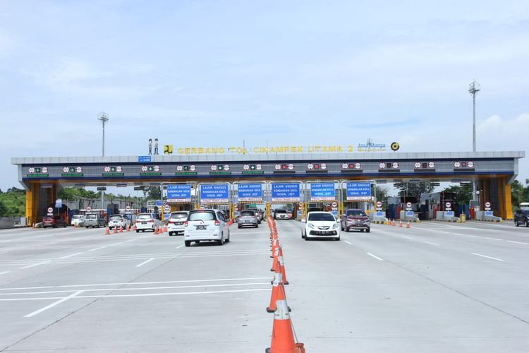Pantauan arus lalu lintas di Gerbang Tol Cikampek Utama 2 oleh Jasa Marga menjelang peniadaan mudik Lebaran 2021. (30 April-2 Mei)