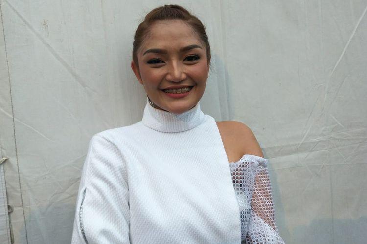 Siti Badriah ditemui usai beraksi di Konser Musik Untuk Republik (MUR) yang digelar di Bumi Perkemahan Cibubur, Jakarta Timur pada Jumat (18/10/2019).