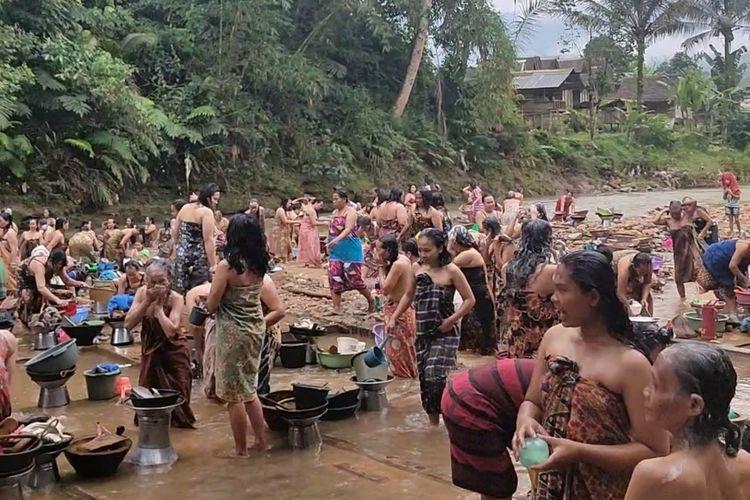 Ratusan Ibu-ibu di Kasepuhan Ciusul, Citorek Kidul, Kabupaten Lebak, Banten mengikuti tradisi Neres atau menyucikan diri dengan mandi di Sungai, Kamis (5/11/2020). (Dok. Kasepuhan Ciusul)