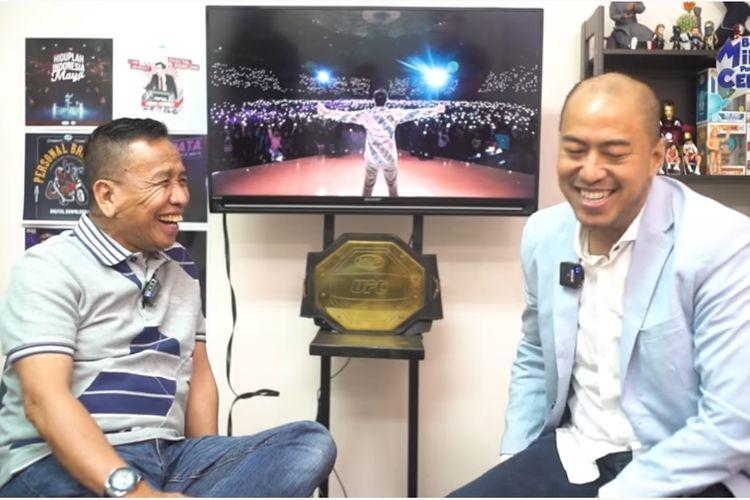 Komedian senior Miing Bagito berbincang dengan komika Pandji Pragiwaksono.