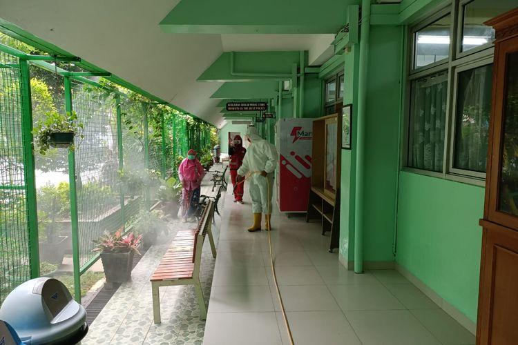 Petugas PMI Jakarta Pusat menyemprotkan cairan disinfektan di kawasan SMA Negeri 68 Jakarta Pusat, Senin (22/6/2020)