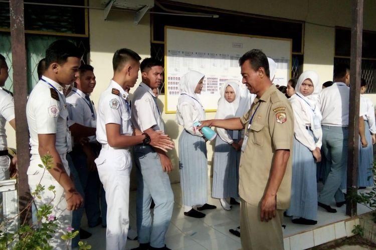 Pelaksanaan UN 2020 untuk jenjang SKM dilaksanakan Senin (16/3/2020) di salah satu SMK Kalimantan Barat dengan menerapkan protokol khusus terkait pencegahan virus corona di area pendidikan.