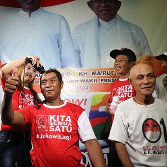 Para relawan Pro Jokowi (Projo) di Kabupaten Jombang Jawa Timur, menggelar aksi cukur gundul, Rabu (17/4/2019) malam.