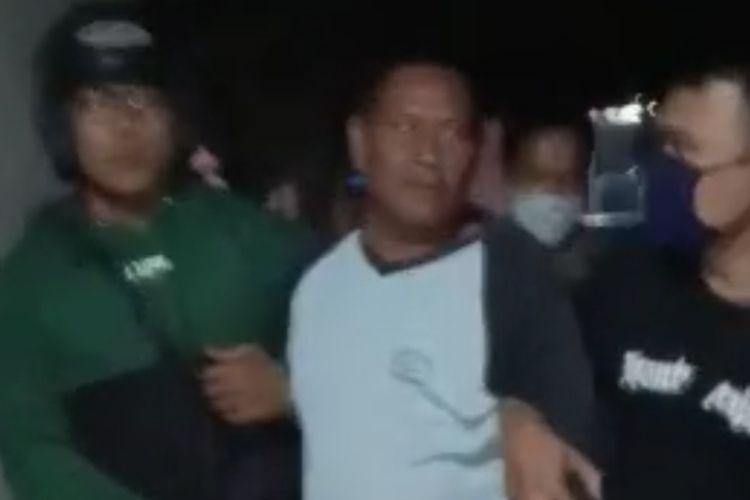 Seorang narapidana kasus penipuan digelandang petugas setelah 7 tahun kabur dari Lapas di kediamannya di Kecamatan Suradadi, Kabupaten Tegal, Jawa Tengah, Rabu (7/10/2020) malam. (Istimewa)