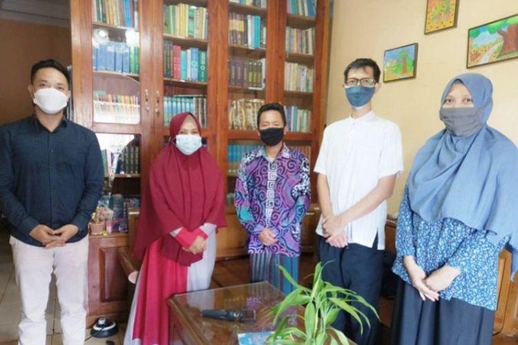 Ketua Takmir Masjid An Nur diapit dosen UPN Jogja.
