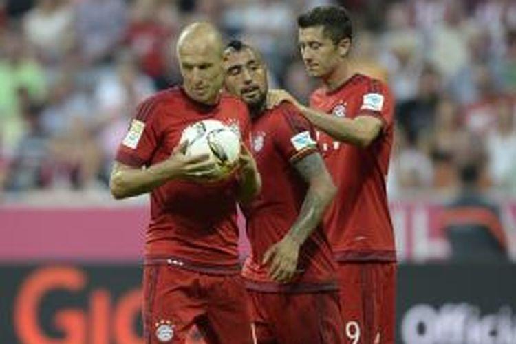 (Dari kiri ke kanan) Pemain Bayern Muenchen Arjen Robben mengambil bola untuk melakukan tendangan penalti pada laga Bundesliga melawan Bayer Leverkusen di Allianz Arena, Sabtu (29/8/2015). Di sampingnya ada gelandang Arturo Vidal dan striker Robert Lewandowski.