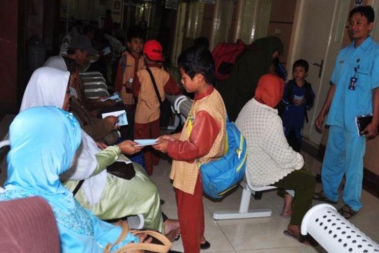 Ratusan anak dari Sekolah Dasar Islam Terpadu (SDIT) Ibnu Masud Ambarawa membagikan buku kumpulan doa bagi orang yang sakit di RSUD Ambarawa, Rabu (16/3/2016).