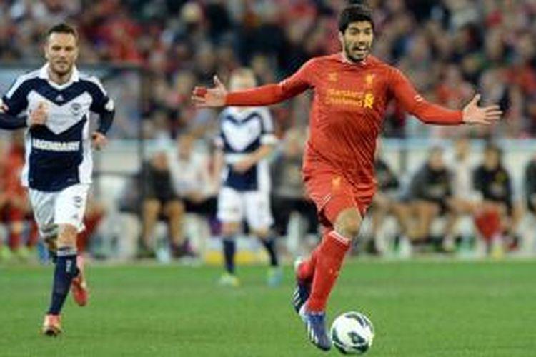Striker Liverpool, Luis Suarez (kanan), pada laga melawan Melbounre Vivtory, Rabu (24/7/2013). Pada laga itu, Liverpool menang 2-0.