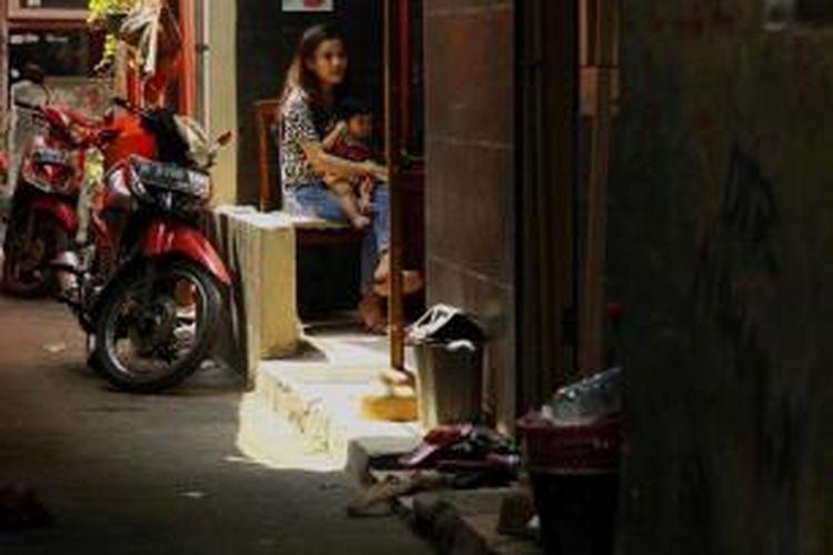 Aktivitas warga di Kampung Bidaracina yang berada persis di pinggir Kali Ciliwung, Jatinegara, Jakarta Timur, Kamis (27/8/2015). Bidaracina merupakan kawasan yang akan digusur terkait proyek normalisasi dan sodetan  Kali Ciliwung.