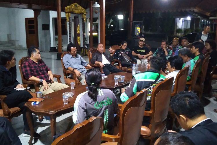 Pengemudi ojek online yang tergabung dalam Banyumas Kompak menggelar audiensi dengan Wakil Bupati Banyumas Sadewo Tri Lastiono di Pendapa Si Panji Purwokerto, Jawa Tengah, Selasa (20/8/2019) malam.