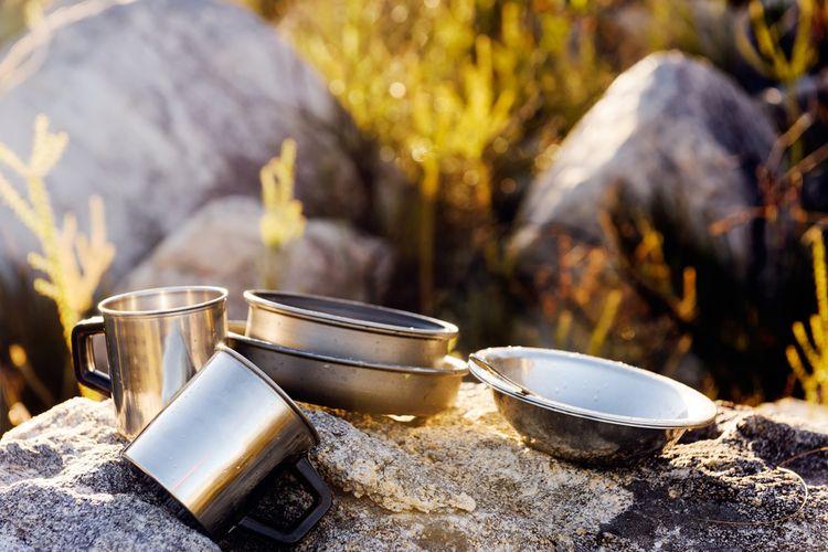 Ilustrasi cooking set sederhana untuk kondisi darurat.