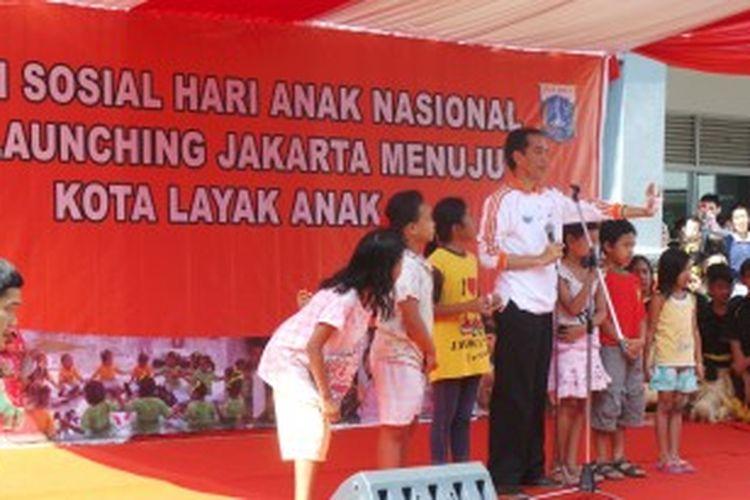 Gubernur DKI Jakarta Joko Widodo di acara Bakti Sosial Hari Anak Nasional di Cengkareng, Jakarta Barat. Senin (24/6/2013).