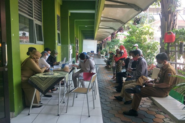 Para orangtua yang hendak berkonsultasi sedang mengantre di Posko PPDB SMAN Pademangan, Jakarta Utara, Senin (7/6/2021).