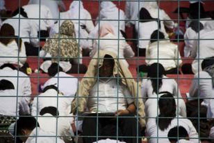 Sekitar 1752 peserta mengikuti ujian tes kemampuan dasar calon pegawai negeri sipil unit pusat Kementerian Hukum dan HAM di Stadion Lebak Bulus, Jakarta Selatan, Sabtu (8/9/2012).