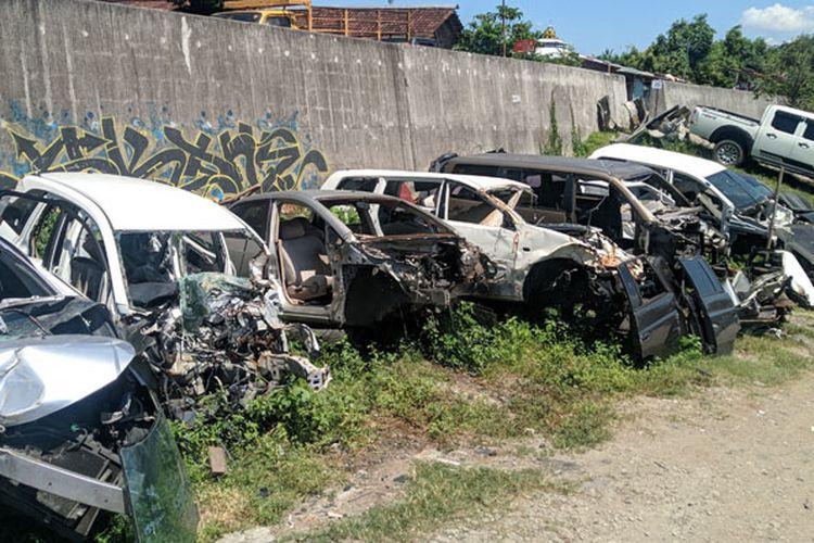 Sejumlah mobil bekas tabrakan berjajar di pusat onderdil bekas di Kota Solo, Jawa Tengah. Banyak pembeli yang datang ke tempat ini untuk mencari onderdil bekas berkualitas.