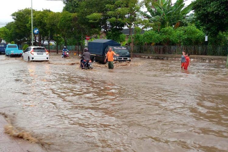 Ruas jalan Banyuwangi banjir, Rabu (9/6/2021).
