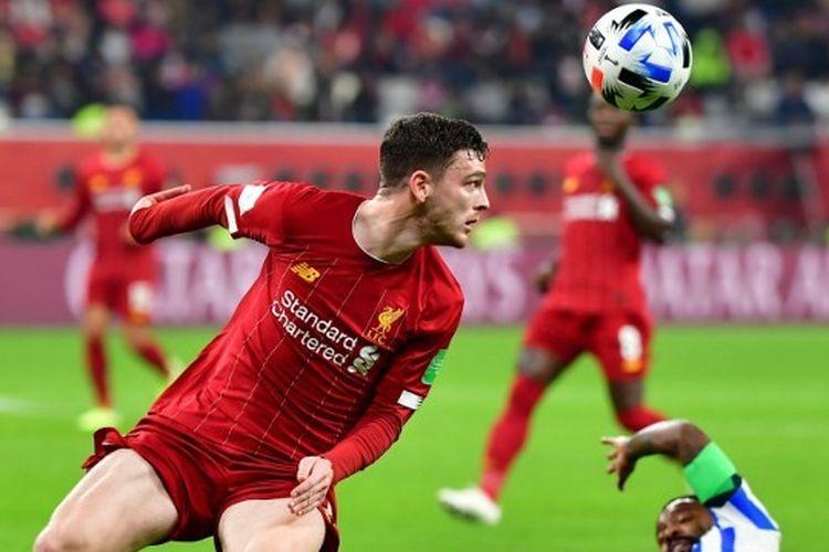 Bek Liverpool,Andrew Robertson mengontrol bola selama pertandingan sepak bola semifinal Piala Dunia Klub FIFA 2019 melawan Monterrey