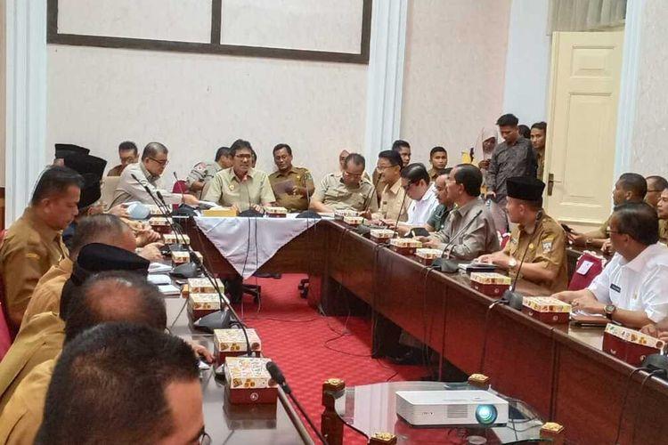 Pemprov Sumbar belum meliburkan sekolah setelah menggelar rapat bersama, Senin (16/3/2020) di Padang