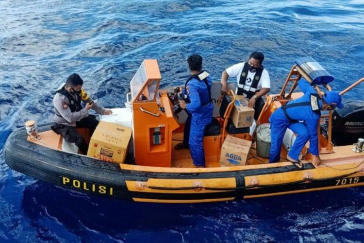 Saat di Kampung Lipang, KP Prahasta-7015 tidak bisa berlabuh. Tak mau menyerah begitu saja, petugas kemudian menurunkan perahu karet untuk membawa logistik pilkada menuju dermaga setempat.