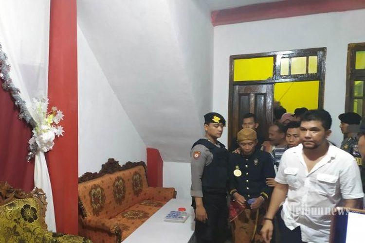 Aparat Kepolisian mengamankan pengikut Kerajaan Agung Sejagat yang dipimpin Totok Santosa Hadingrat dari Keraton Agung Sejagat yang berada di Desa Pogung Jurutengah, Bayan, Purworejo, Jawa Tengah, Selasa (14/1/2020).