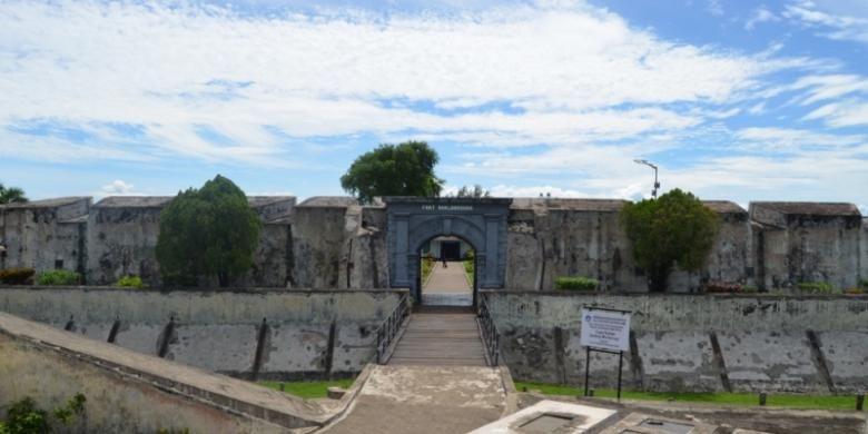 Benteng Marlborough dibangun Inggris. Selama 140 tahun menjajah Bengkulu Inggris membangun benteng yang disebut terbesar di Asia Tenggara ini guna mengamankan perdagangan rempah-rempah dan kepentingan politik selama di Bengkulu